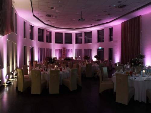 sala po dekoracji światłem